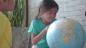 Crianças asiáticas que aprendem sobre a geografia video estoque