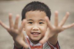 Crianças asiáticas que jogam com cara da felicidade foto de stock royalty free
