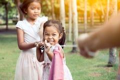 Crianças asiáticas que têm o divertimento para jogar junto o conflito com corda fotos de stock