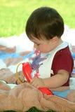 Crianças - assento e jogo do bebê fotografia de stock