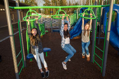 Crianças ativas que jogam fora no campo de jogos da escola Imagens de Stock Royalty Free