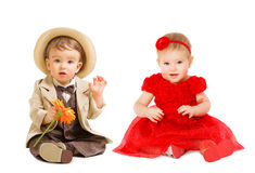 Crianças bem vestidos, vestido dos bebês da menina do chapéu do terno do menino, crianças imagem de stock