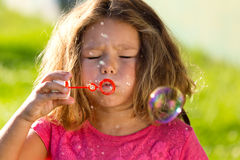 Crianças bonitas que têm o divertimento no parque Fotos de Stock