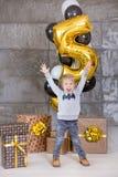 Crianças bonitas, rapazes pequenos que comemoram o aniversário e que fundem velas no bolo cozido caseiro, interno Festa de anos p Fotografia de Stock Royalty Free