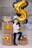 Crianças bonitas, rapazes pequenos que comemoram o aniversário e que fundem velas no bolo cozido caseiro, interno Festa de anos p Foto de Stock