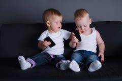 Crianças bonitos com telefones celulares fotos de stock
