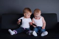 Crianças bonitos com telefones celulares foto de stock royalty free