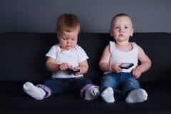 Crianças bonitos com telefones celulares foto de stock