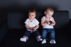 Crianças bonitos com telefones celulares imagens de stock royalty free