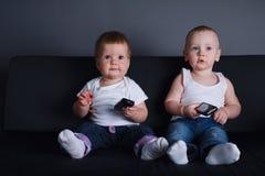 Crianças bonitos com telefones celulares imagens de stock