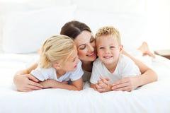 Crianças bonitos e sua mamã que têm o divertimento Imagens de Stock Royalty Free