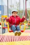 Crianças bonitos em um carrossel chain do balanço Foto de Stock Royalty Free