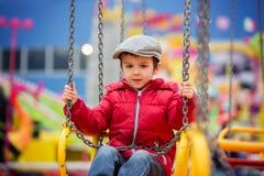 Crianças bonitos em um carrossel chain do balanço Imagens de Stock Royalty Free