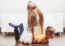 Crianças bonitos felizes menina e menino que têm o divertimento Imagem de Stock
