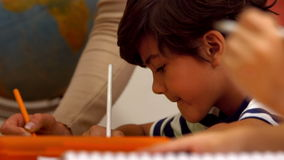 Crianças bonitos na classe na escola vídeos de arquivo