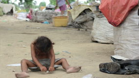 crianças cambojanas nos precários perto da cidade de Phnom Penh que despeja a área filme