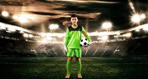 Crianças - campeão do futebol Goleiros do menino no sportswear do futebol no estádio com bola Conceito do esporte Imagem de Stock Royalty Free