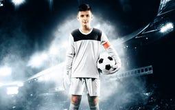 Crianças - campeão do futebol Goleiros do menino no sportswear do futebol no estádio com bola Conceito do esporte Foto de Stock
