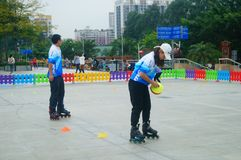 Crianças chinesas na patinagem de rolo do treinamento foto de stock