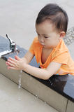 Crianças chinesas que lavam a mão. Foto de Stock Royalty Free