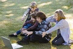 Crianças choc por o que está no portátil Foto de Stock Royalty Free