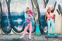 Crianças coloridas com skates Imagens de Stock
