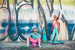 Crianças coloridas com skates Imagem de Stock