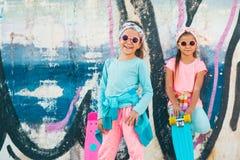 Crianças coloridas com skates Imagem de Stock Royalty Free
