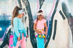 Crianças coloridas com skates Fotos de Stock Royalty Free