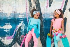 Crianças coloridas com skates Fotos de Stock