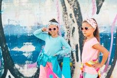 Crianças coloridas com skates Imagens de Stock Royalty Free