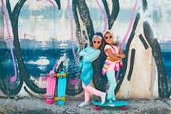 Crianças coloridas com skates Foto de Stock