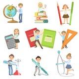 Crianças com atributos gigantes da escola ilustração do vetor