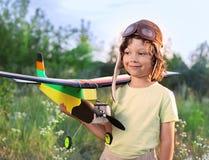 Crianças com brinquedo airplan Fotografia de Stock Royalty Free