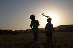 Crianças com brinquedo airplan Fotos de Stock