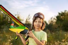 Crianças com brinquedo airplan fora Imagens de Stock Royalty Free