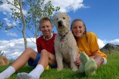 Crianças com cão Imagens de Stock