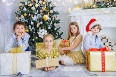 Crianças com caixas de presente imagem de stock royalty free