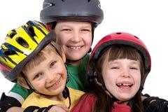 Crianças com capacetes dos esportes Fotos de Stock