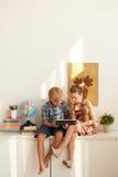 Crianças com computador da tabuleta Imagem de Stock
