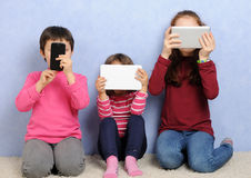Crianças com dispositivos foto de stock royalty free