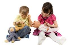 Crianças com estetoscópios Fotografia de Stock Royalty Free