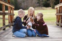 Crianças com filhote de cachorro Foto de Stock Royalty Free