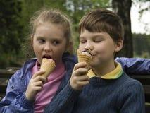 Crianças com gelado Imagens de Stock Royalty Free