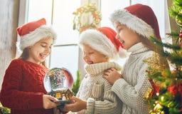 Crianças com globo da neve fotografia de stock royalty free
