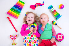 Crianças com instrumentos de música imagens de stock