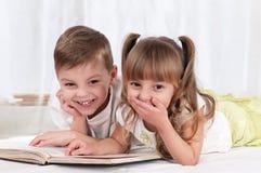 Crianças com livro Foto de Stock Royalty Free