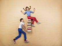 Crianças com livros Fotos de Stock Royalty Free