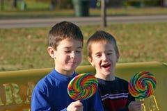 Crianças com Lollipops Foto de Stock