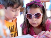 Crianças com menu Fotos de Stock